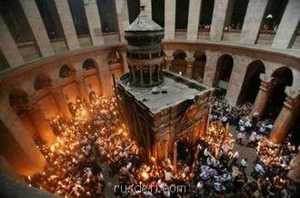 Иерусалим - 330px-Благодатный_огонь_в_храме_Воскресения.jpg