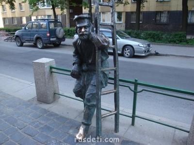 Краткая история развития электрического освещения - Памятник фонарщику на Одесской улице.jpg