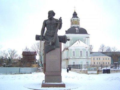 Это храм Николая Чудотворца называют Зарецким,потому что находится за рекой .Памятник Никите Демидову. - DSC01013.JPG